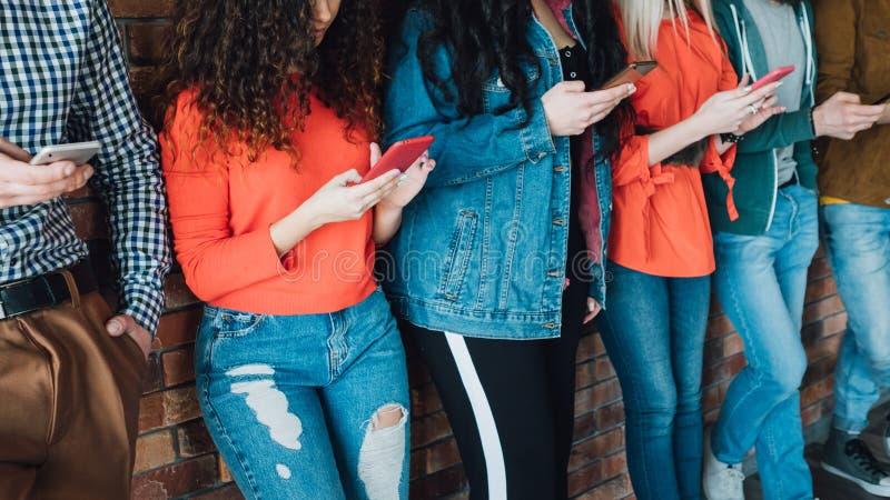 Millennials ogólnospołecznych sieci uzależniony pokolenie zdjęcie stock