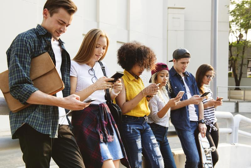 Millennials usando smartphones fora junto
