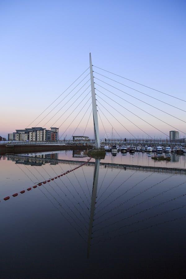 Millenniumbrug in de Jachthaven van Swansea stock foto's