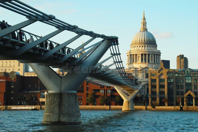 Millenniumbrug en St Paul Kathedraal, Londen stock afbeelding
