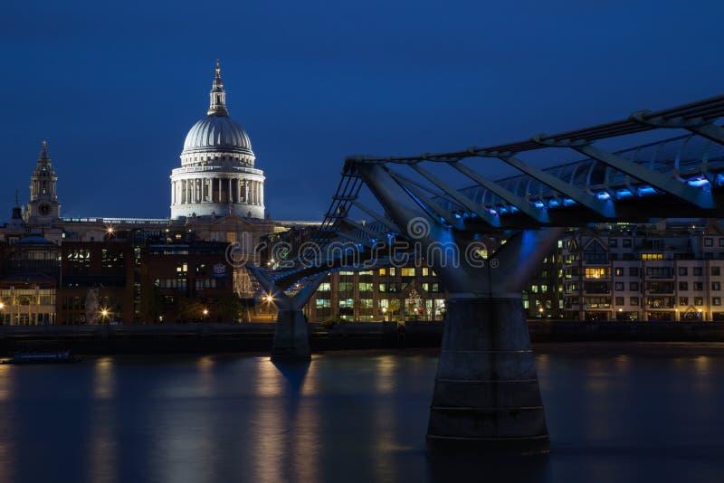 Millenniumbrug & St Pauls Cathedral, Londen stock afbeeldingen
