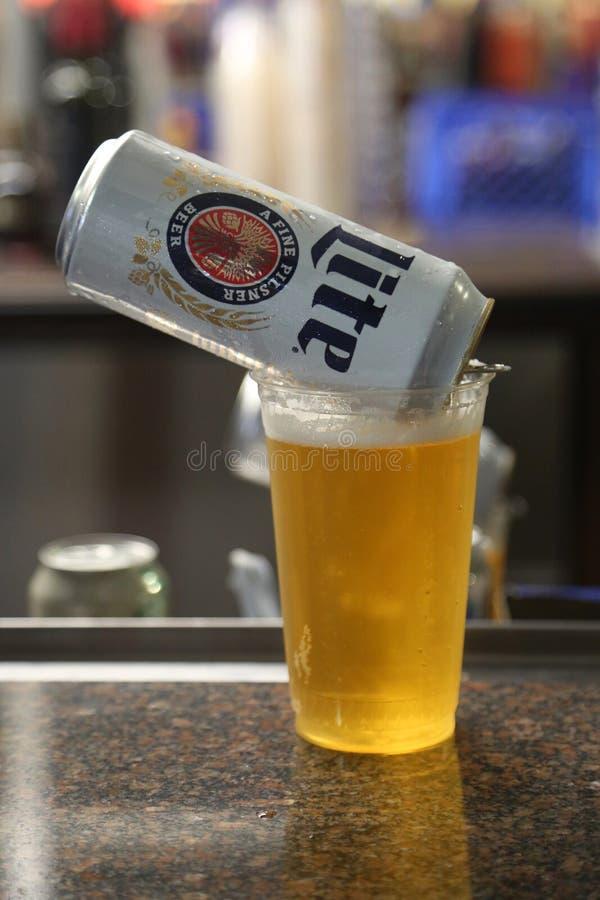 Miller Lite öl som är klart att tjäna som i bar arkivbilder