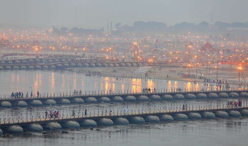 Milliers de passionnés indous croisant les ponts de ponton au-dessus du Gange au festival de Maha Kumbh Mela photos libres de droits