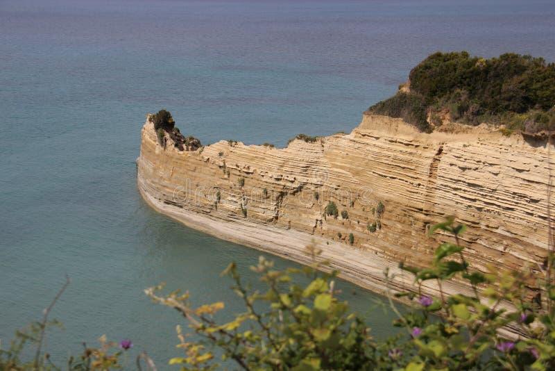 Million d'ans de pierre Cliff With Sunny And Sea photos libres de droits
