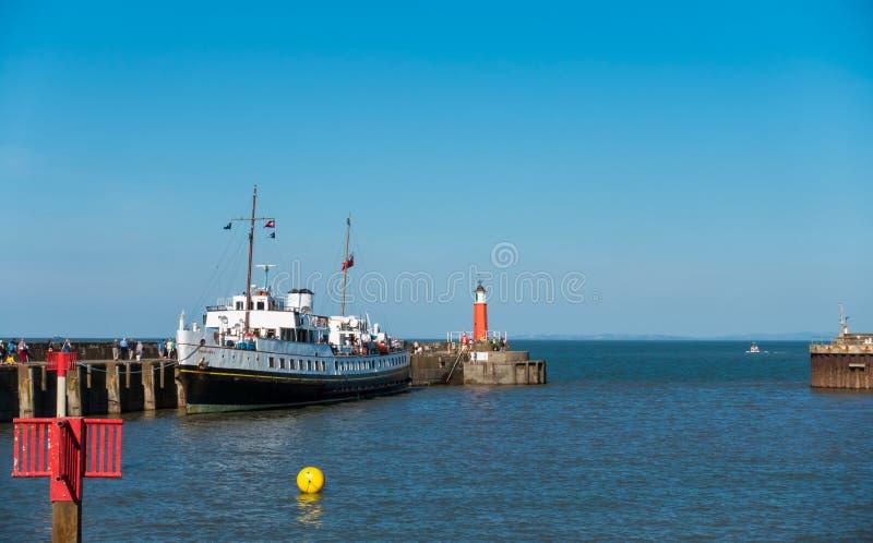 Millivolt-Balmoralschiff mit Passagieren in Watchet-Hafen stockbild
