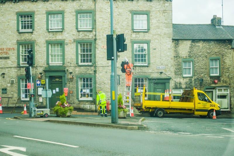 Milnthorpe Royaume-Uni 4 juillet 2020 réparation des feux de circulation sur Park Road photos libres de droits
