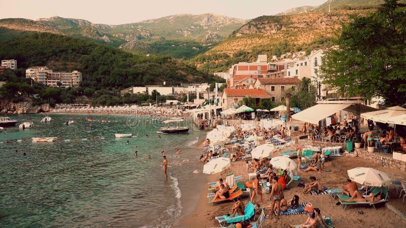 MILOCER,黑山- 2018年8月1日 小拥挤海滩在晚上 免版税图库摄影