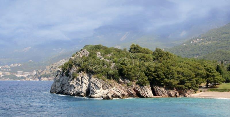 Milocer, Budva Riviera, Montenegro Königin ` s Strand und der Park lizenzfreies stockfoto