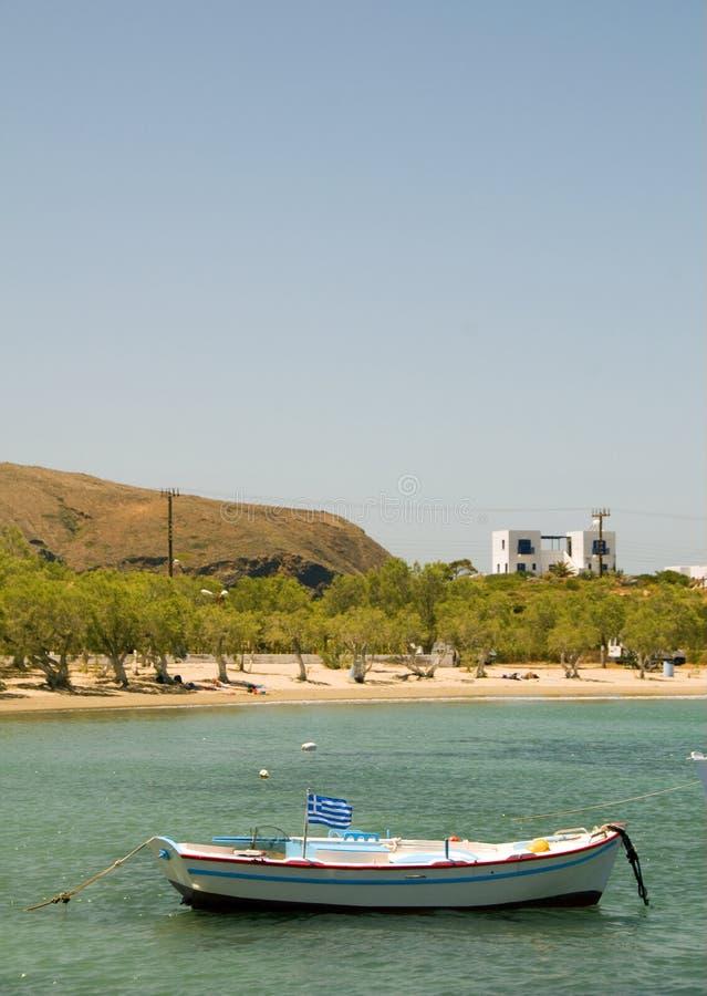 Milos grecs de Pollonia de plage sablonneuse de bateau de pêche photo libre de droits