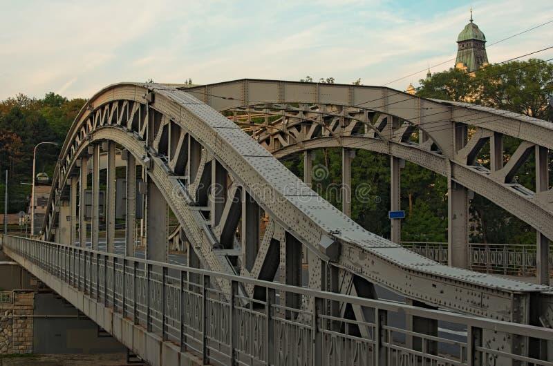Milos Sykora-Brücke in Ostrava Stahlbogenbrücke über dem Ostravice-Fluss Technisches Monument und Besichtigung stockbild