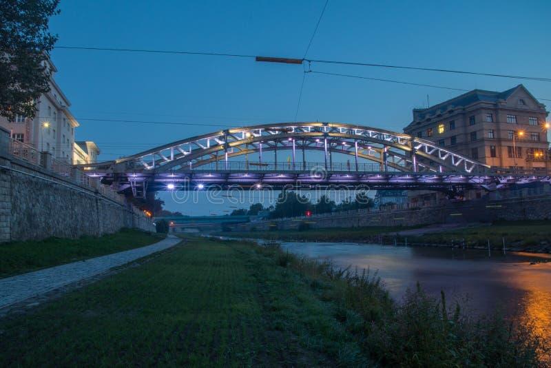 Milos Sykora bro över floden Ostravice nattetid i Ostrava, Tjeckien royaltyfri foto