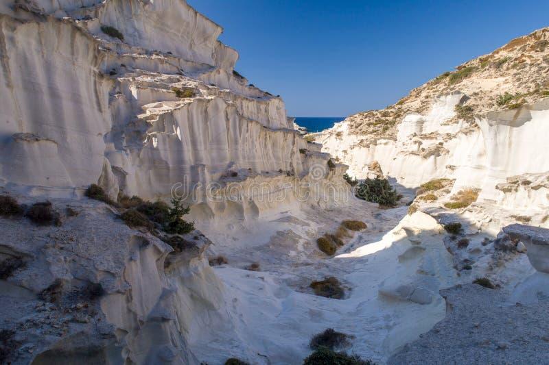 Milos wyspy Grecja powietrzny szczegół Sarakiniko plaża w lato czasie zdjęcie stock
