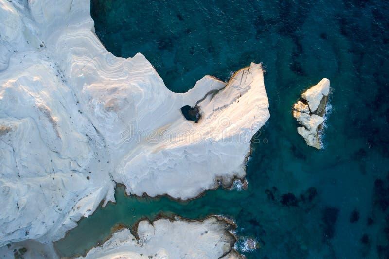 Milos wyspy Grecja powietrzny szczegół Sarakiniko plaża w lato czasie obrazy stock