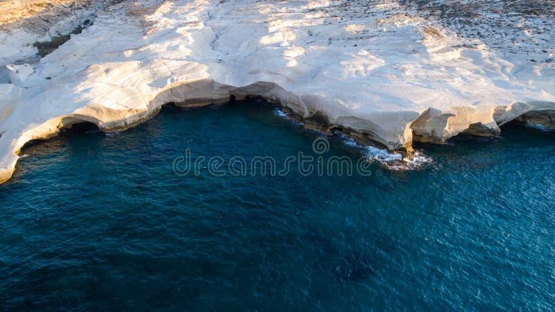 Milos wyspy Grecja powietrzny szczegół Sarakiniko plaża w lato czasie fotografia stock