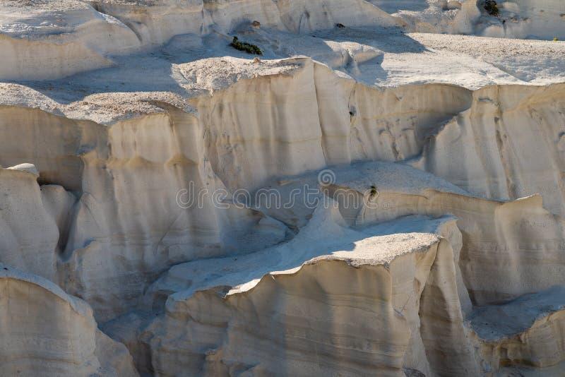 Milos wyspy Grecja szczegół Sarakiniko plaża w lato czasie obraz stock