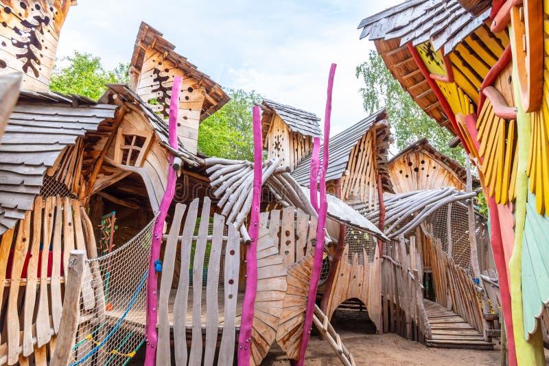 MILOVICE, REPÚBLICA CHECA - 3 DE SETEMBRO DE 2018: Parque de diversões de Mirakulum Castelo de escalada de madeira para crianças  fotos de stock
