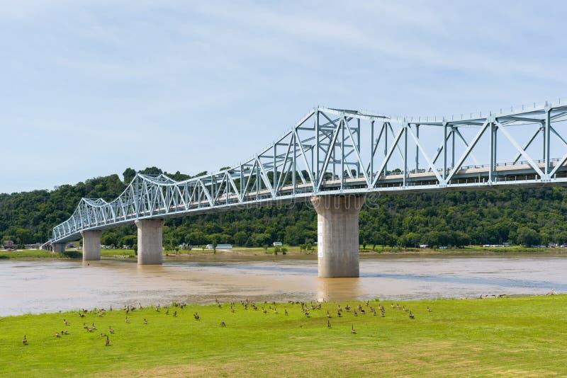 Milton-Madison Bridge en el río Ohio entre Kentucky y el Ind imágenes de archivo libres de regalías