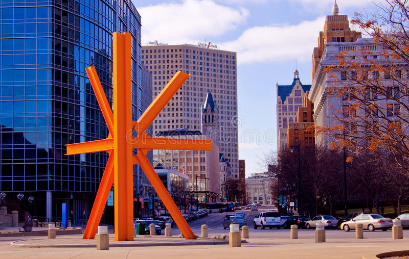 Milwaukee céntrico, oeste a lo largo de la avenida de Wisconsin foto de archivo libre de regalías