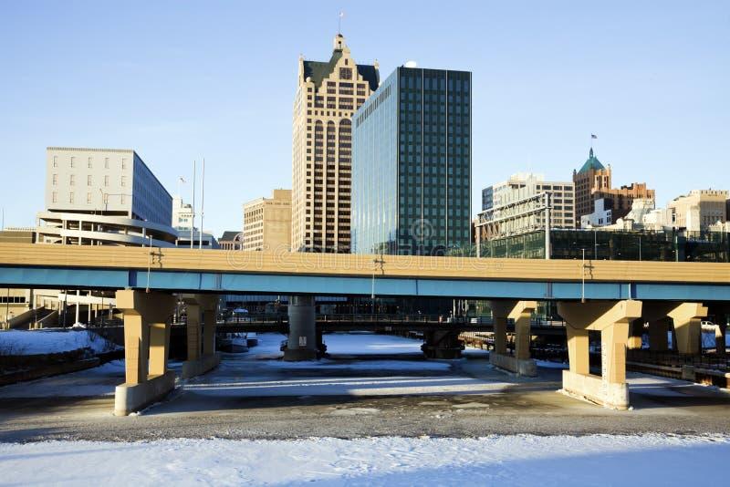 Milwaukee céntrico sobre el río congelado foto de archivo