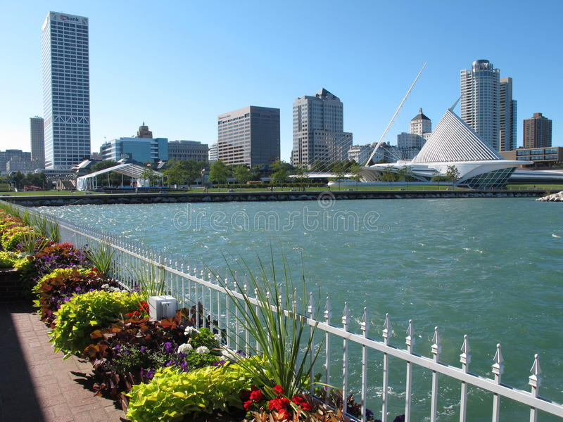 Download Milwaukee city skyline editorial stock image. Image of water - 21093739