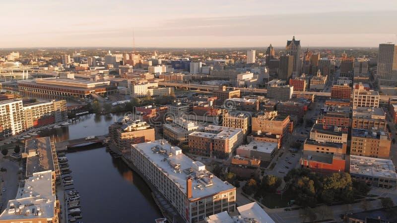 Milwaukee flod i centret, hamnområden av Milwaukee, Wisconsin, Förenta staterna Fastighet andelsfastigheter i centrum flyg- sikt arkivbilder