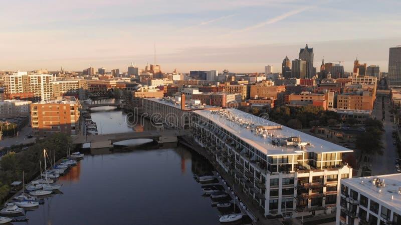 Milwaukee flod i centret, hamnområden av Milwaukee, Wisconsin, Förenta staterna Fastighet andelsfastigheter i centrum flyg- sikt royaltyfri fotografi