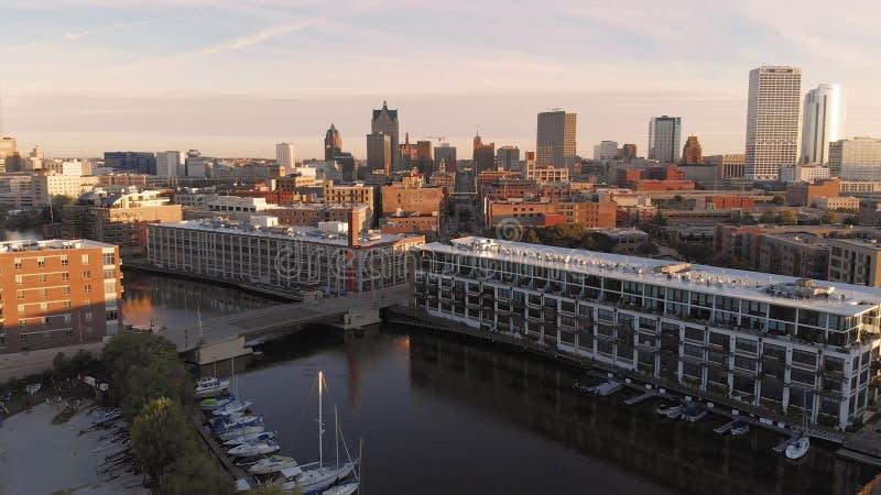 Milwaukee flod i centret, hamnområden av Milwaukee, Wisconsin, Förenta staterna Fastighet andelsfastigheter i centrum flyg- sikt fotografering för bildbyråer