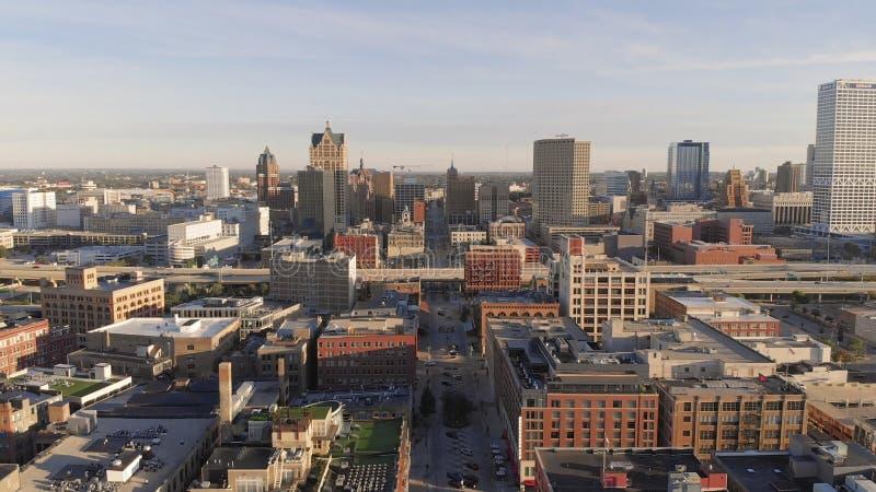 Milwaukee flod i centret, hamnområden av Milwaukee, Wisconsin, Förenta staterna Fastighet andelsfastigheter i centrum flyg- sikt royaltyfri foto