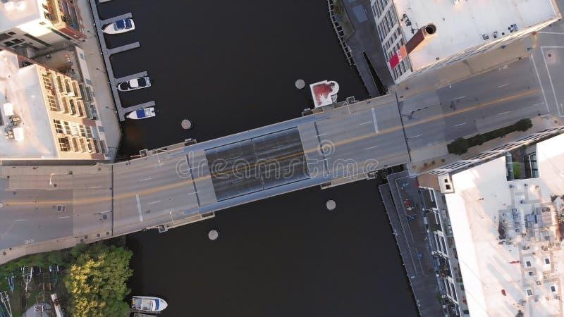 Milwaukee-Fluss im Stadtzentrum, Hafenbezirke von Milwaukee, Wisconsin, Vereinigte Staaten Immobilien, Eigentumswohnungen im Stad stockbild