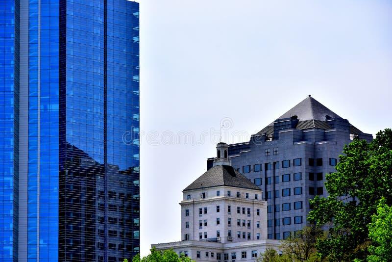Milwaukee-Gebäude in den Skylinen mit Reflexionen stockfotografie
