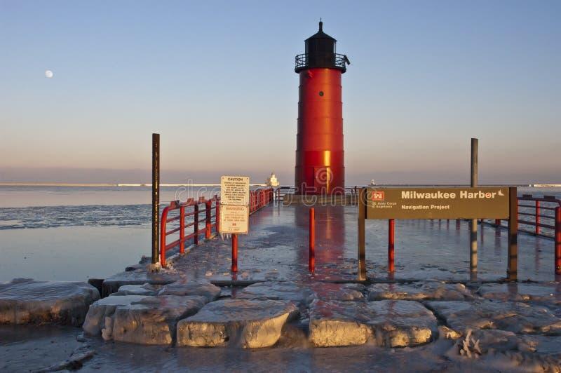 Milwaukee-Hafen-Kanal des Eintrages und des Leuchtturmes stockfoto