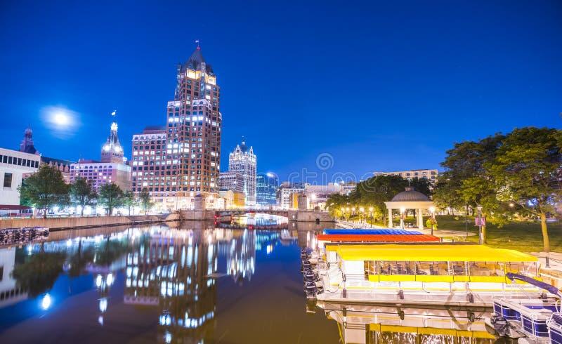 Milwaukee im Stadtzentrum gelegen mit Reflexion im Wasser nachts, Milwaukee, w lizenzfreie stockfotografie