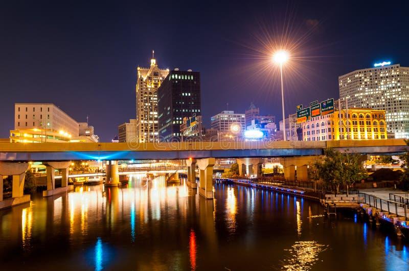 Milwaukee nachts lizenzfreies stockfoto