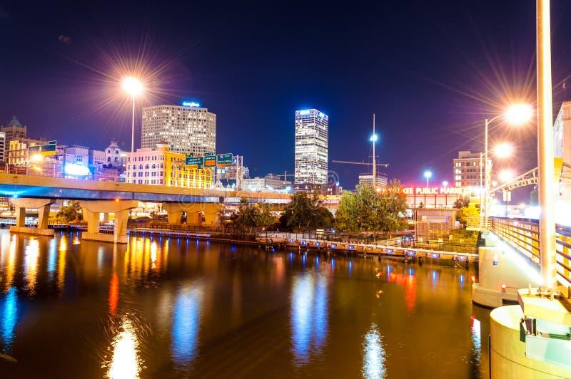 Milwaukee nachts lizenzfreie stockfotografie