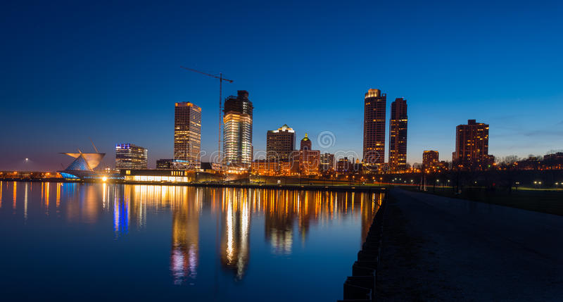 Milwaukee nachts stockbilder