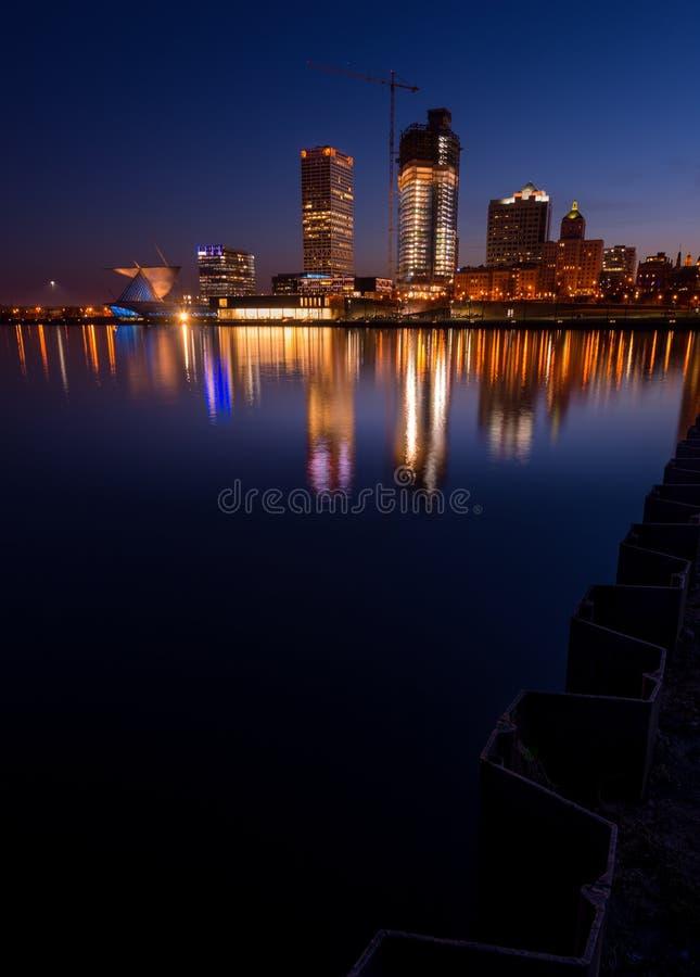 Milwaukee nachts lizenzfreie stockbilder