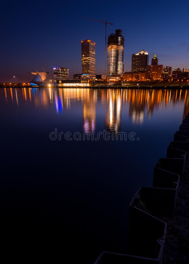 Milwaukee på natten royaltyfria bilder