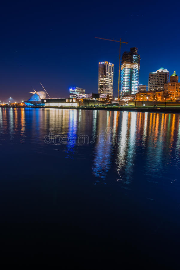 Milwaukee på natten fotografering för bildbyråer