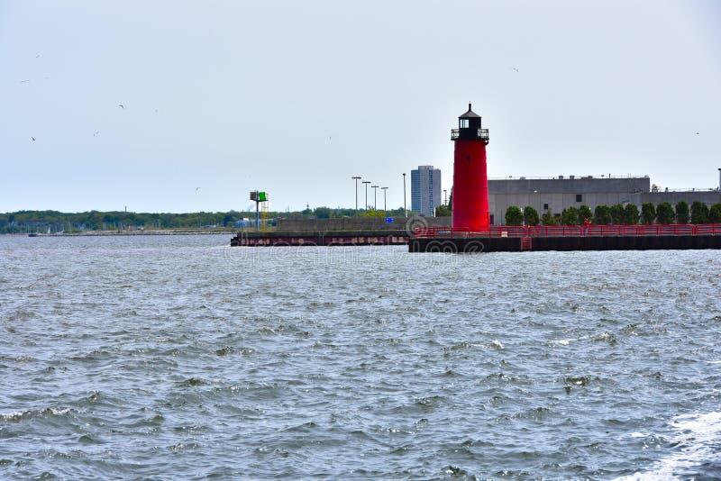 Milwaukee portmarkör var den Milwaukee floden skriver in Lake Michigan royaltyfri fotografi