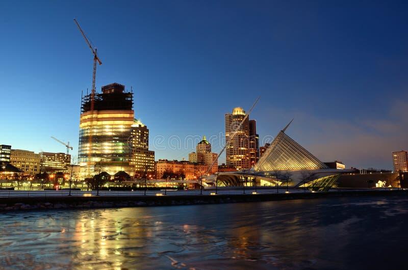 Milwaukee-Seeseiten-Skyline nachts stockbild