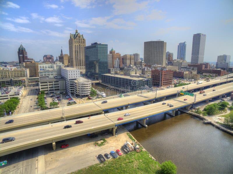 Milwaukee, Wisconsin im Sommer durch Brummen stockbilder