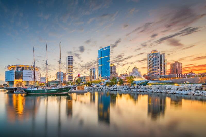 Milwaukee Wisconsin, USA i stadens centrum stadshorisont på Lake Michigan royaltyfria foton