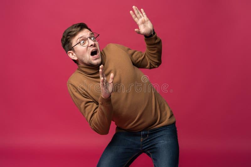 Mim ` m receoso fright Retrato do homem assustado no fundo cor-de-rosa na moda do estúdio Retrato masculino do busto imagem de stock royalty free