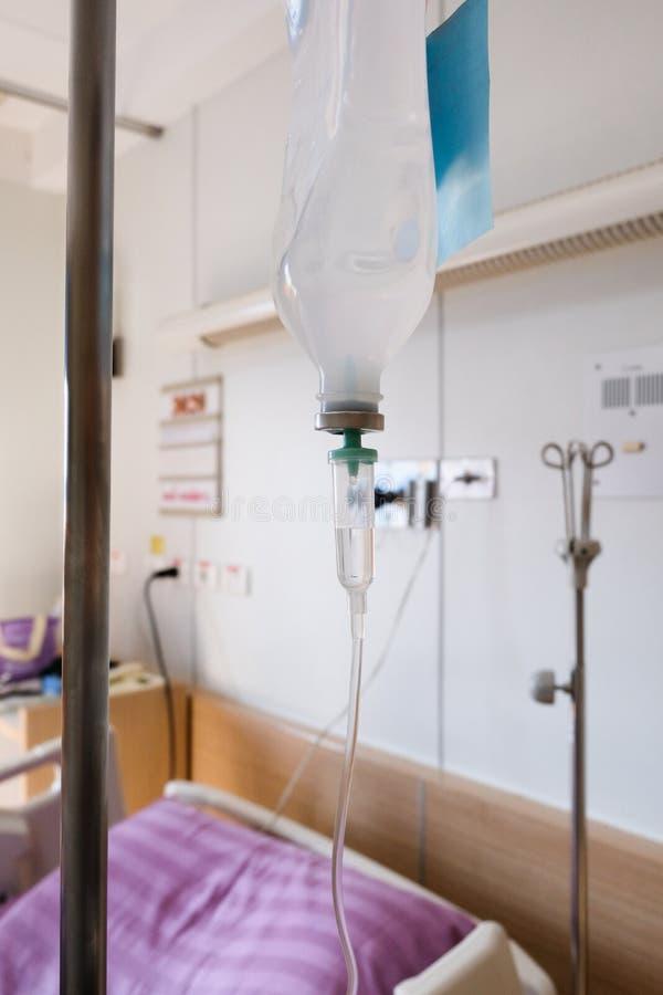 Mim V & x28; intravenous& x29; Tubo fluido do alimento em uma sala de recuperação do hospital imagens de stock royalty free