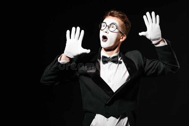 Mima mężczyzna trzyma jego ręki na niewidzialnej ścianie obrazy stock