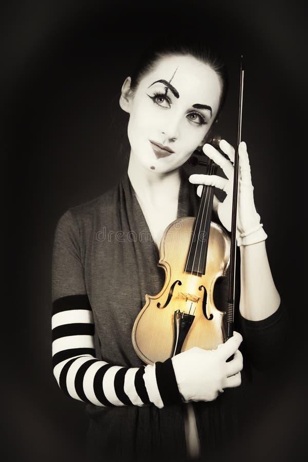 mime παίζοντας γυναίκα βιολ& στοκ εικόνα με δικαίωμα ελεύθερης χρήσης