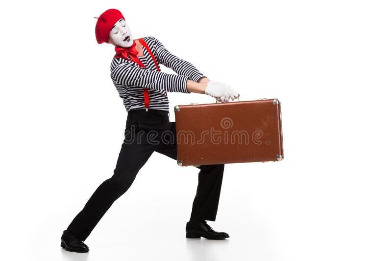 mime φέρνοντας βαριά καφετιά βαλίτσα στοκ φωτογραφίες με δικαίωμα ελεύθερης χρήσης