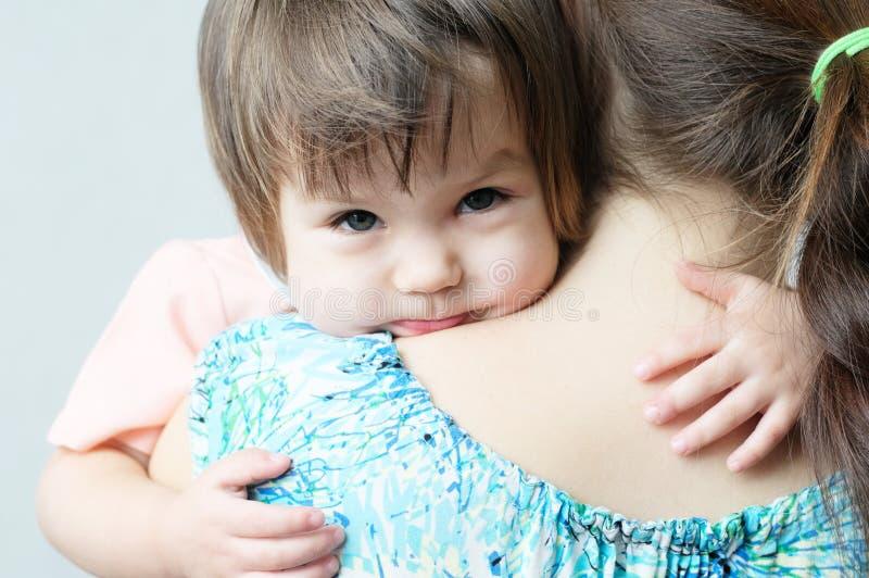 Mime a abrazar al niño, contacto físico, relaciones de familia, abrazando al bebé para el afecto físico, comunique a la hija feli fotografía de archivo libre de regalías