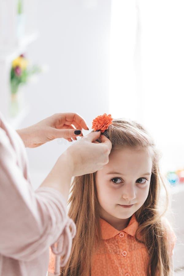 Mime a acortar una pinza de pelo con la flor roja imagen de archivo