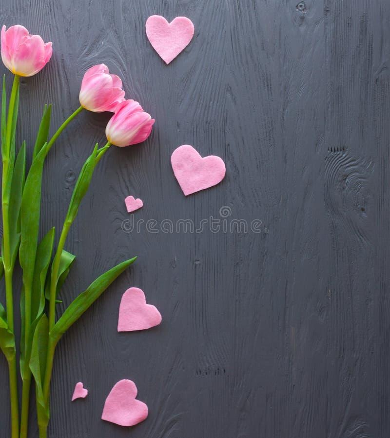 Mime al día del ` s, día del ` s de la mujer Tulipanes en fondo de madera fotografía de archivo